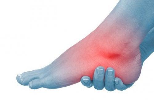 articulația umflată pe picior și nu este dureroasă tratamentul bolii la încheietura mâinii