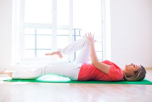 Ameliorarea durerii la genunchi - 6 tratamente naturiste, inclusiv exerciții