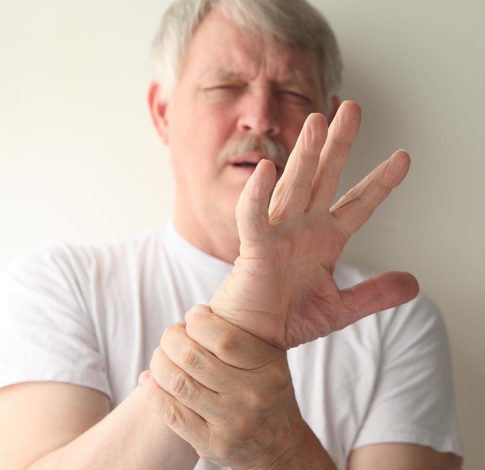 dă clic și doare o articulație a degetului ca falangele umflate ale degetelor artritei mâinilor