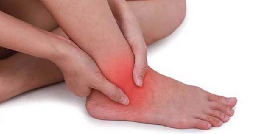 umflarea nedureroasă a articulațiilor picioarelor